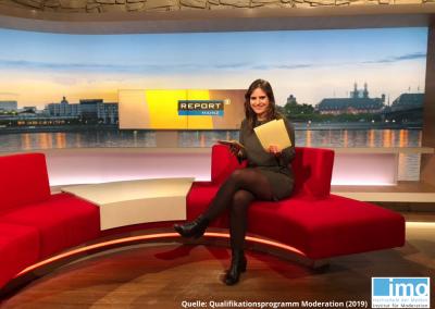 """Anna während einer Moderation für das Politikmagazin """"Report Mainz"""" im Rahmen der Fortbildung am IMO"""